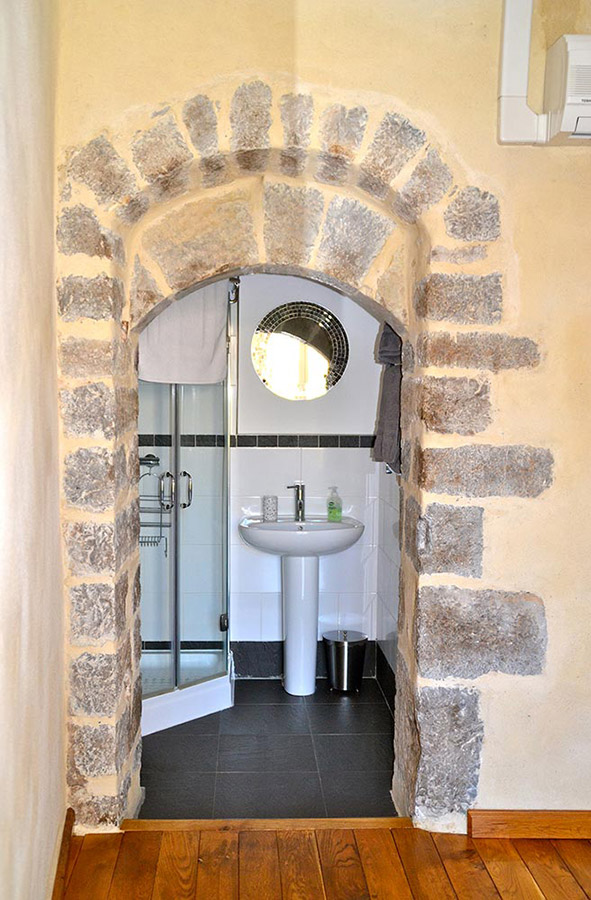L'arche de la salle d'eau dans la chambre aux lits jumeaux