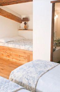 La chambre à coucher avec les lits jumeaux et le lit d'appoint