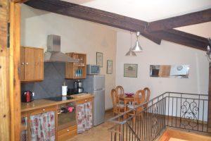 Ambiance claire et lumineuse de la cuisine spacieuse