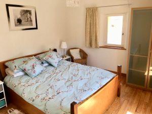 Chambre principale avec son lit king-size et son cabinet de toilette