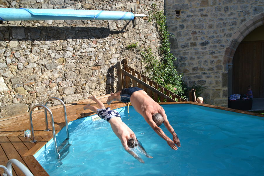 Magnifique piscine au pied des murs moyenageux