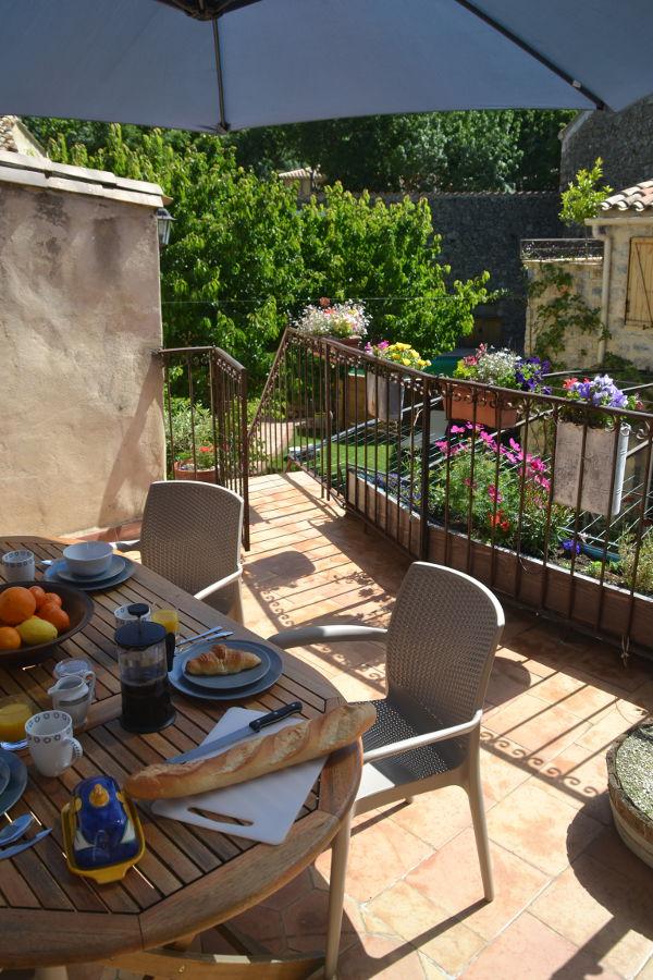 Spacieuse terrasse privée avec vue sur le jardin